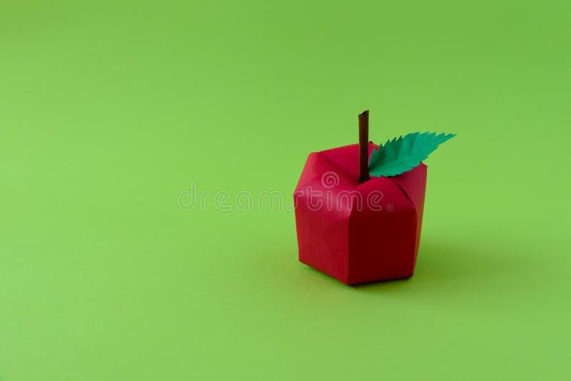 Apple hizo del papel en fondo verde Frutas frescas Concepto m?nimo, creativo, del vegano, sano o de la comida del arte Copie el e imagen de archivo libre de regalías
