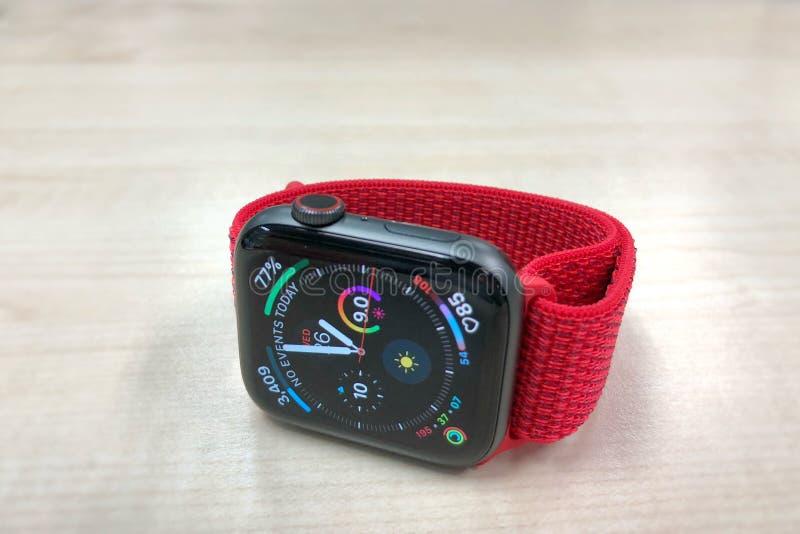 Apple-horlogereeks 4 met band van de product de rode sport royalty-vrije stock afbeelding