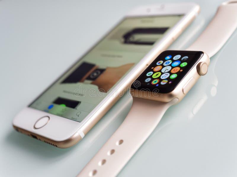 Apple-Horlogesport en Apple-iPhone 6S royalty-vrije stock foto