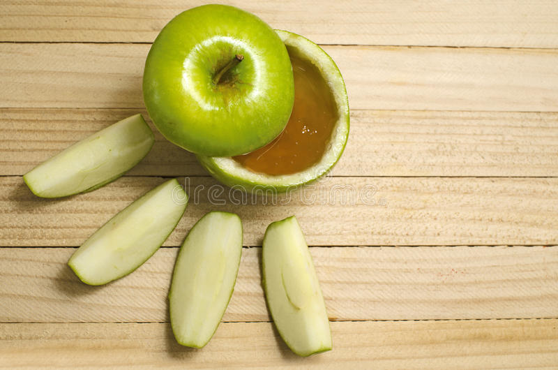 Apple i honung för Rosh Hashanah arkivfoto