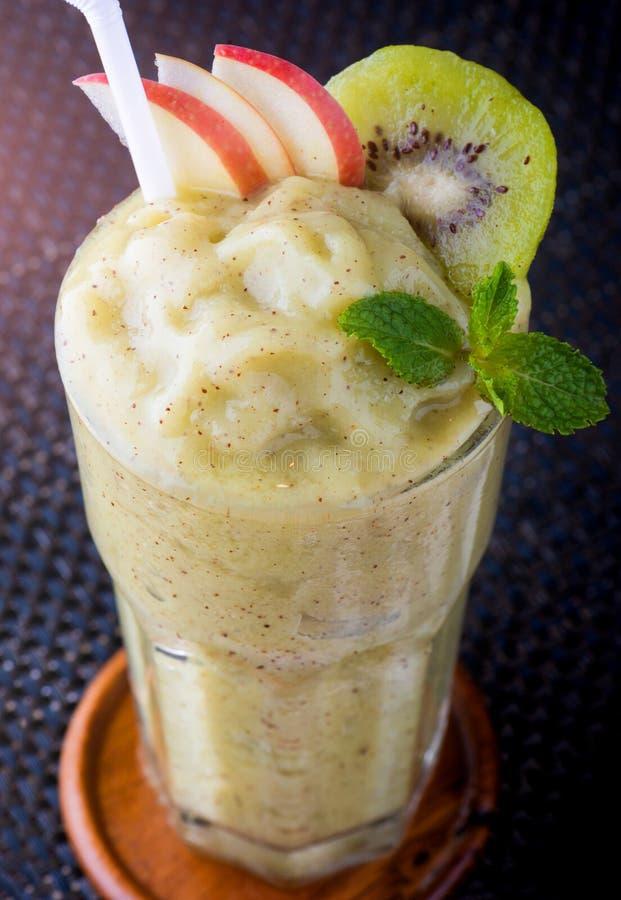 Apple i kiwi owoc smoothie obraz royalty free