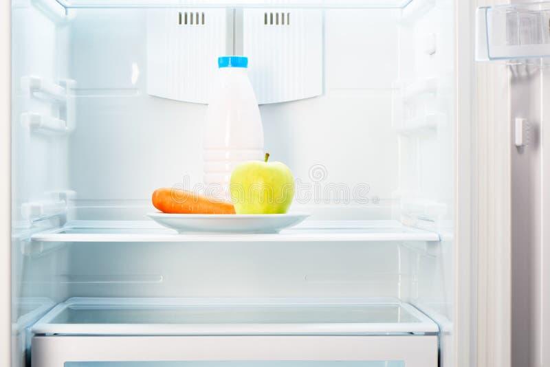 Download Apple I Marchewka Na Bielu Talerzu Z Butelką W Chłodziarce Zdjęcie Stock - Obraz złożonej z świeżość, jedzenie: 57651738