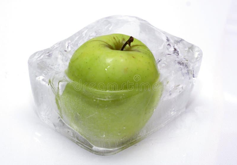Apple im Eis lizenzfreie stockfotografie