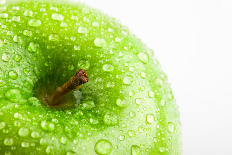 Apple im Grün mit Wasser fällt auf seine Oberfläche lizenzfreies stockfoto