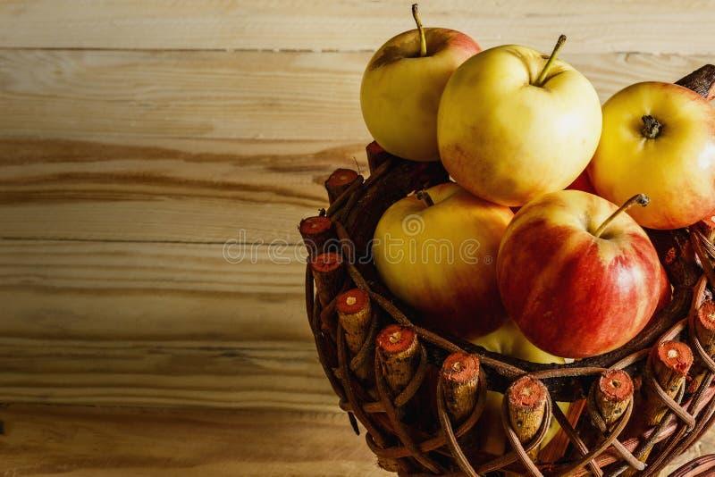 Apple im hölzernen Korb stockbilder