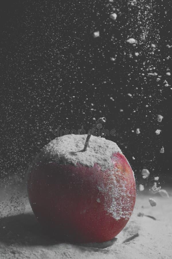 Apple im Schnee stockfotos
