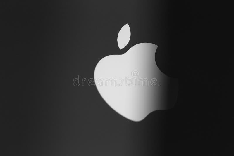 Apple Inc-embleem op een iPhone rugdekking royalty-vrije stock foto's