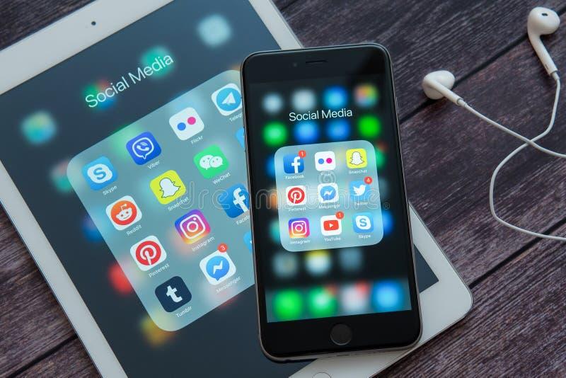 Apple iPad και iPhone με τα εικονίδια των κοινωνικών μέσων Κοινωνικά εικονίδια μέσων Έννοια μάρκετινγκ στοκ φωτογραφία με δικαίωμα ελεύθερης χρήσης