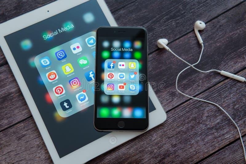 Apple iPad και iPhone με τα εικονίδια των κοινωνικών μέσων Κοινωνικά εικονίδια μέσων Έννοια μάρκετινγκ στοκ εικόνες με δικαίωμα ελεύθερης χρήσης