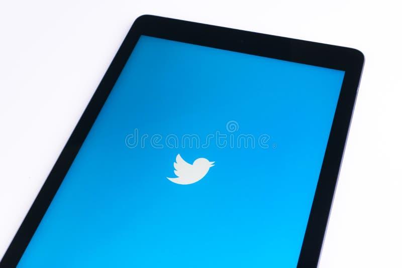 Apple iPad υπέρ στο άσπρο επιτραπέζιο ανοικτό πειραχτήρι app Το πειραχτήρι είναι σε απευθείας σύνδεση κοινωνική υπηρεσία δικτύωση στοκ εικόνες