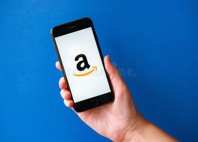 Apple iPhone 8 με Amazon Logotype σε οθόνη στοκ φωτογραφία με δικαίωμα ελεύθερης χρήσης