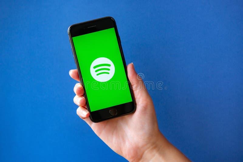 Apple iPhone 8 com Spotify Logotype em uma tela imagem de stock