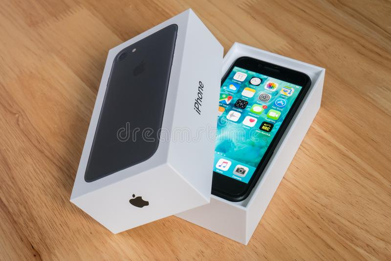 Apple-iPhone 7 in het doospakket royalty-vrije stock foto's