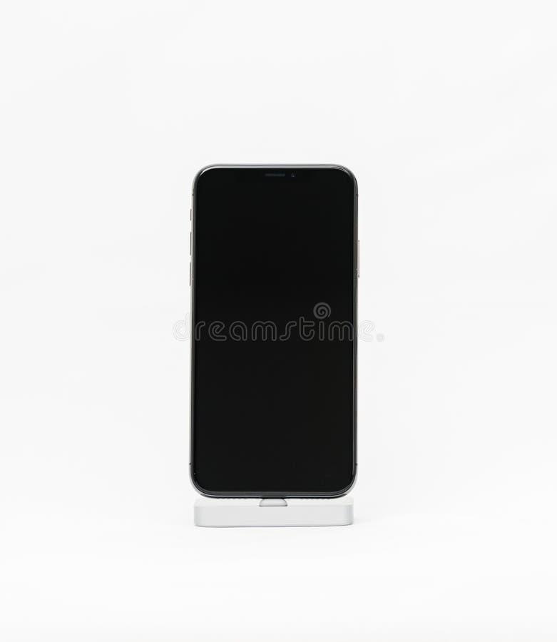 Apple iPhone X isolerade den vita bakgrundssvartskärmen arkivfoto