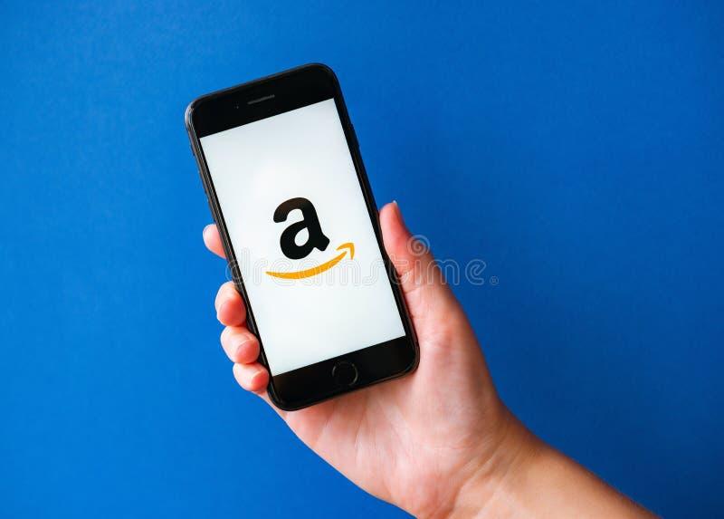 Apple iPhone 8 met Amazon Logotype op een scherm royalty-vrije stock fotografie