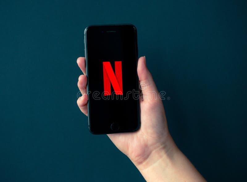 Apple iPhone 8 met Netflix Logotype op het Scherm stock foto's