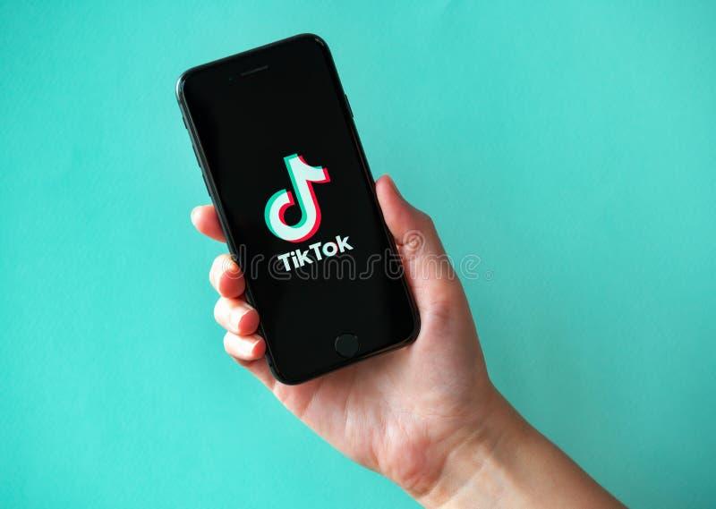 Apple iPhone 8 met TikTok Logotype op het Scherm royalty-vrije stock afbeelding