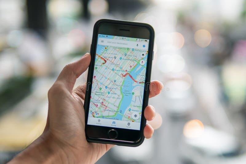 Apple iPhone 7 mit Google- Mapsanwendung lizenzfreie stockfotografie