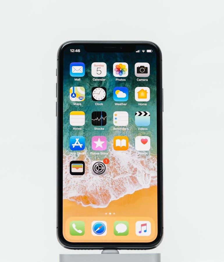 Apple-iPhone X op het witte achtergrondhuisscherm apps royalty-vrije stock afbeelding