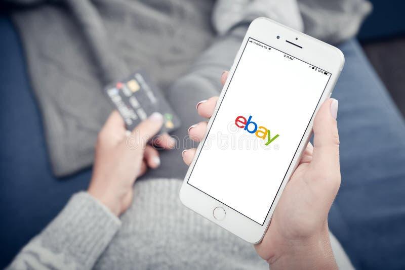 Apple Iphone 8 più con il carico del cellulare app di Ebay immagini stock