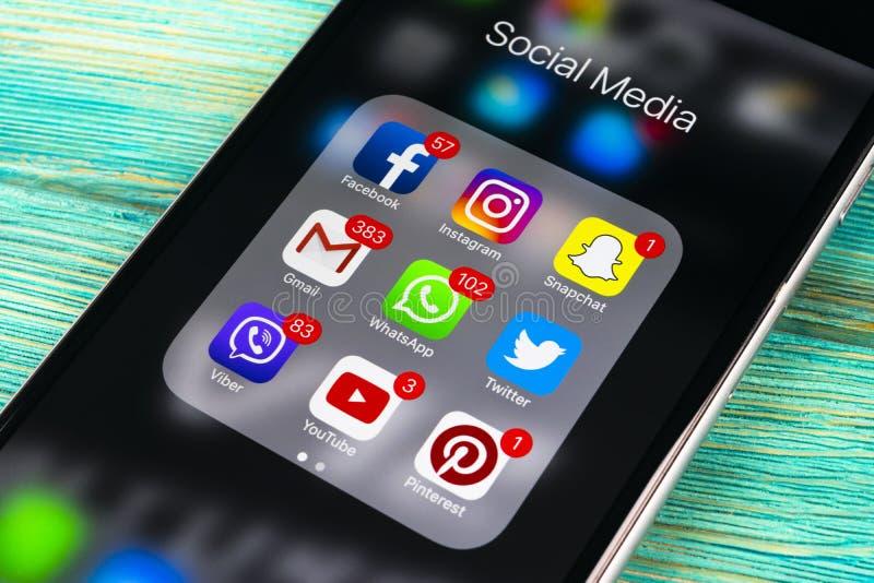 Apple-iPhone 7 plus op blauwe houten lijst met pictogrammen van sociale media facebook, instagram, tjilpen, snapchat toepassing o royalty-vrije stock foto