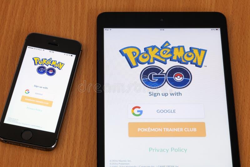 Apple iPhone5s i iPad mini z Pokemon Iść zastosowanie obraz royalty free