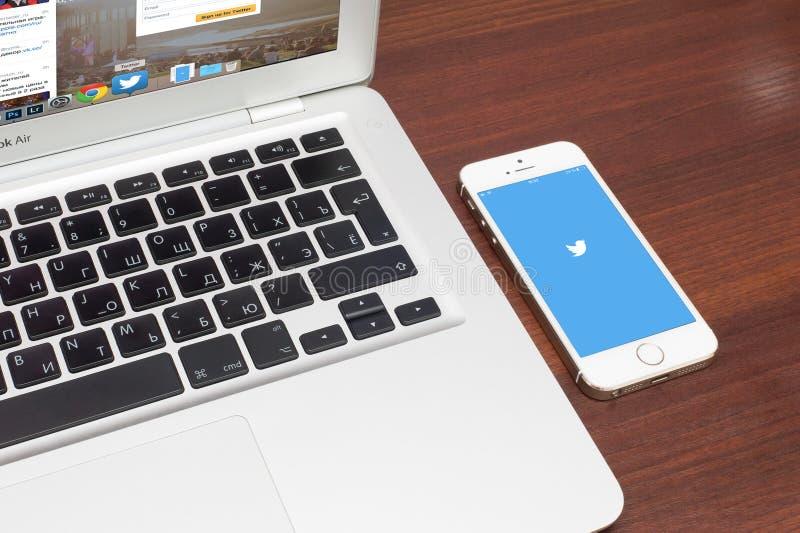Apple-iPhone 5S met Twitter-embleem op het scherm stock foto's