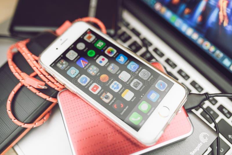 Apple-iPhone 6S op Macbook- dieLaptop wordt geplaatst royalty-vrije stock afbeelding