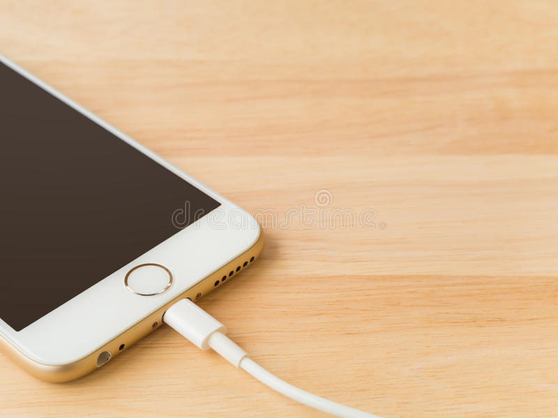 Apple iPhone6 som laddar med blixtUSB kabel royaltyfri fotografi