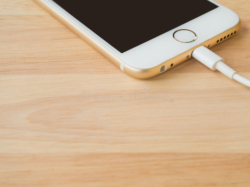 Apple iPhone6 som laddar med blixtUSB kabel royaltyfria foton