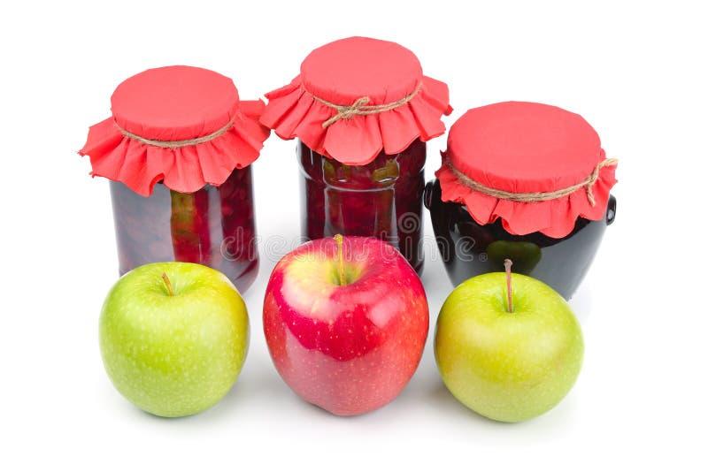 Apple-jam in een geïsoleerde glaskruik, verse rode en groene appelen stock afbeelding