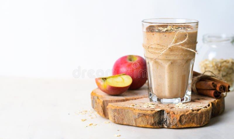 Apple kanelbrun Smoothie med havre och Chia Seeds, sund strikt vegetariandrink arkivbilder