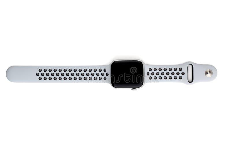 Apple klocka Nike + Försilvra aluminiumfallet med ren platina på en vit bakgrund arkivfoton