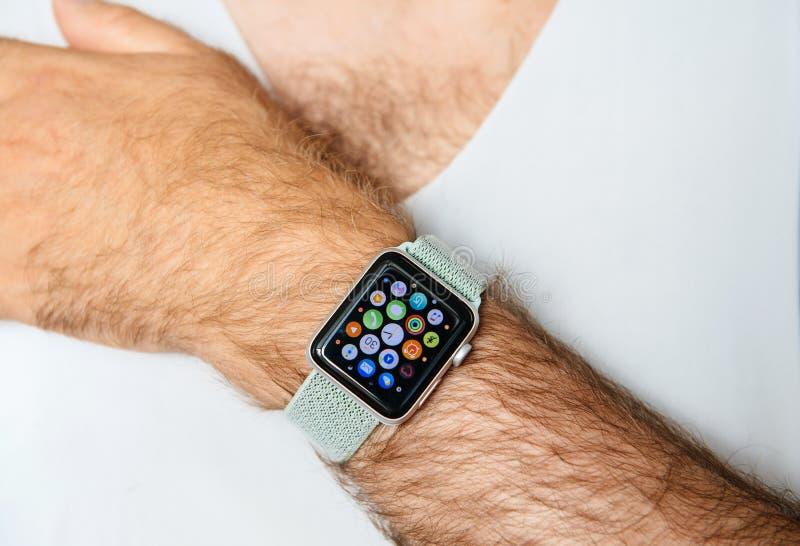 Apple klockaserie 3 på den håriga handen för man royaltyfria foton