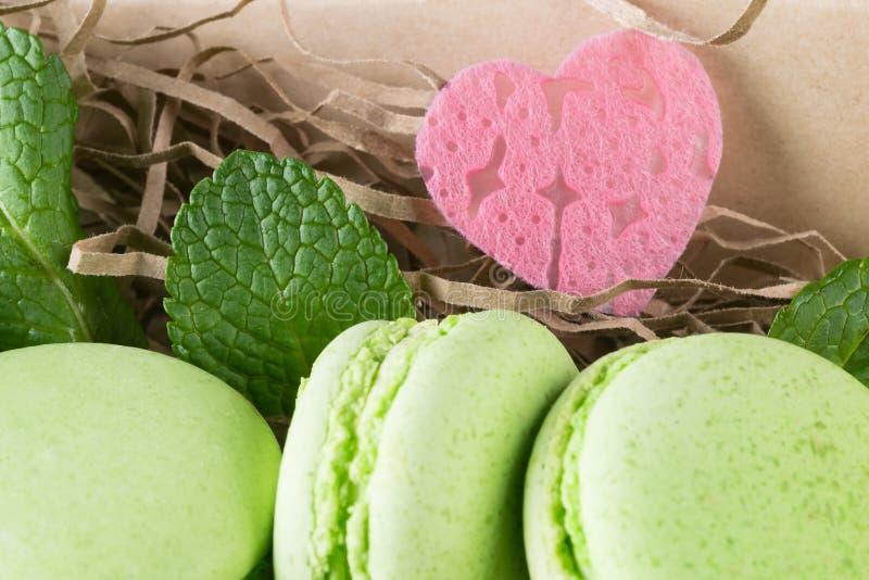 Apple-koekjes met muntbladeren en een mooi hart stock afbeelding