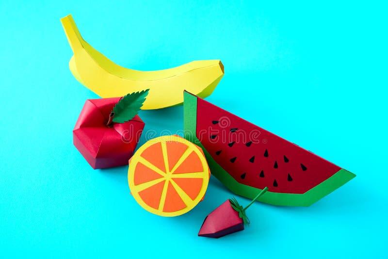 Apple, la fresa, el plátano, la naranja y la sandía hicieron del papel en fondo azul Frutas frescas M?nimo, creativo, vegano, fotografía de archivo libre de regalías