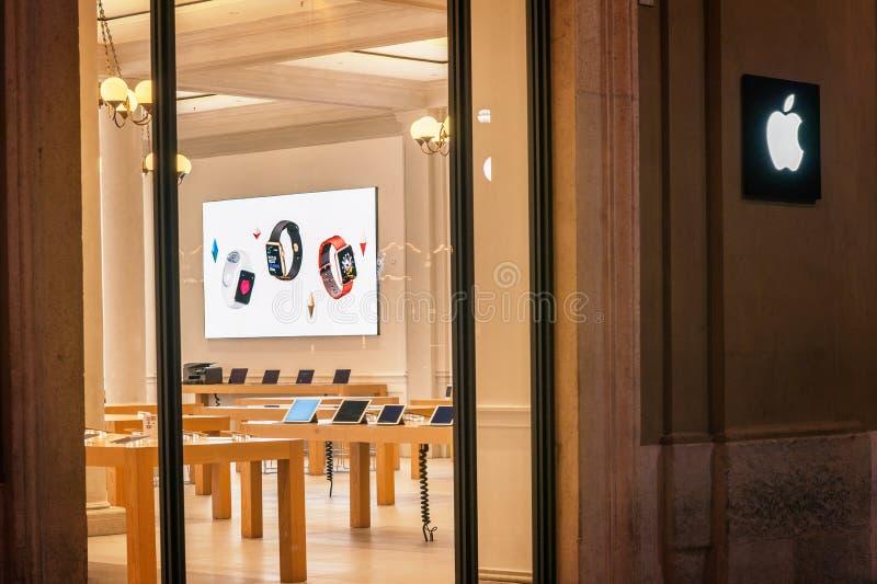 Apple lager som lokaliseras i en köpcentrum på via Caduti di Nassiriya Rimini, ITALIEN Apple Inc säljer datoren och elektroniska  royaltyfri foto
