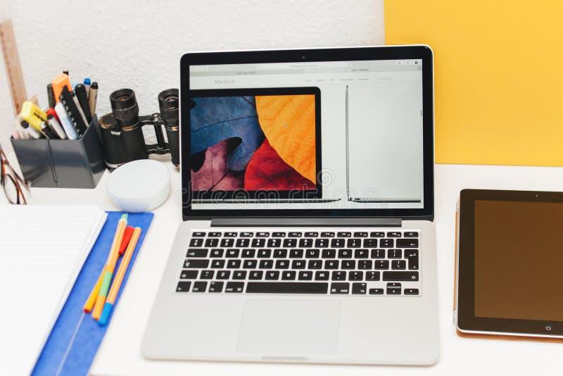 Apple lanserar den Apple klockan, den MacBook näthinnan och medicinsk forskning arkivbild