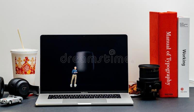 Apple lanseringsiPhone maximal X s och X R returnerar fröskidan Tim Cook royaltyfria foton