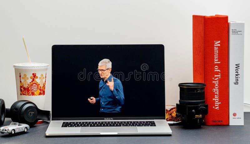 Apple lanseringsiPhone maximal X s och X R Tim Cook på etapp arkivfoto