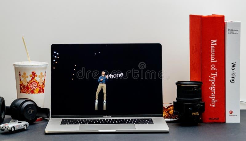 Apple lanseringsiPhone maximal X s och X R Tim Cook på etapp royaltyfria bilder