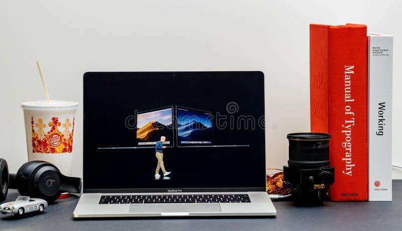 Apple lanseringsiPhone X s maximal och för X R Tim Cook MacBook pro-bärbar dator arkivbild