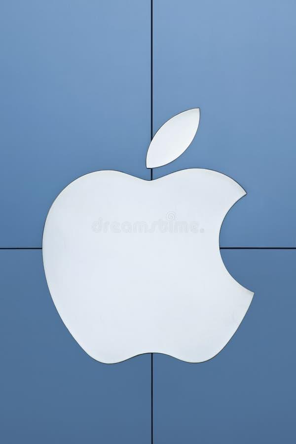 Apple logo på aluminum paneler, Peking, Kina royaltyfria foton