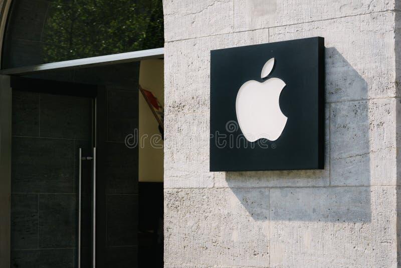 Apple logo på lagerframdel royaltyfri bild