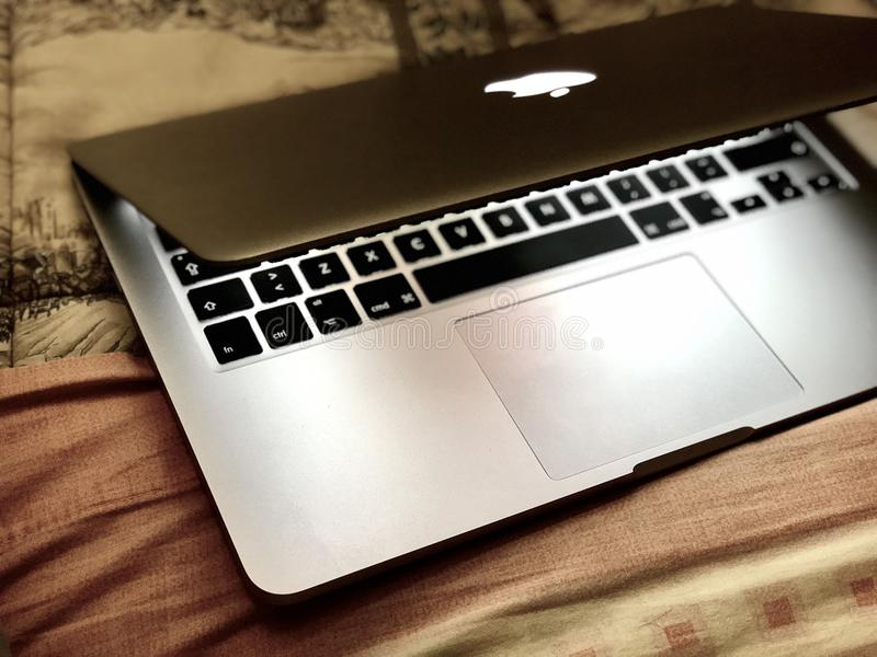 Apple Macbook υπέρ 13 `` στοκ φωτογραφίες με δικαίωμα ελεύθερης χρήσης