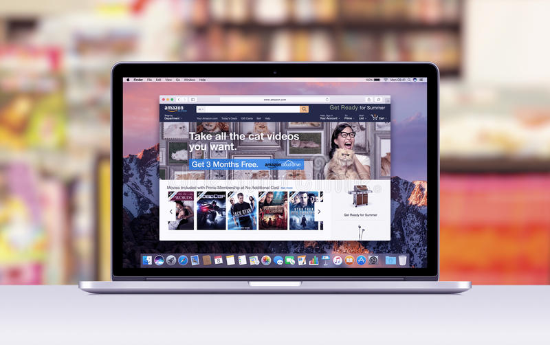 Apple MacBook Pro näthinna med en öppen flik i safariwebbläsaren som visar amasonwebbsidan royaltyfria bilder