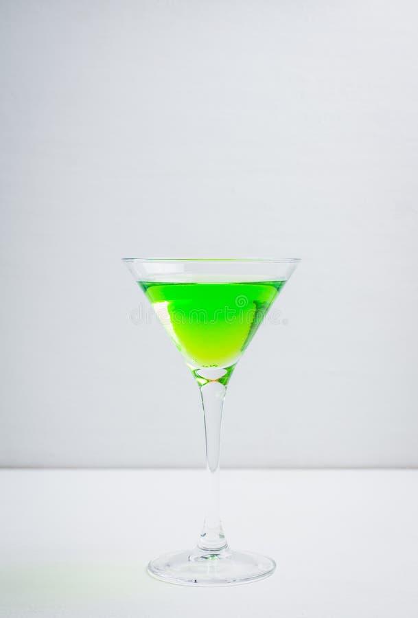 Apple martini coctail på den vita lantliga bakgrunden arkivbilder
