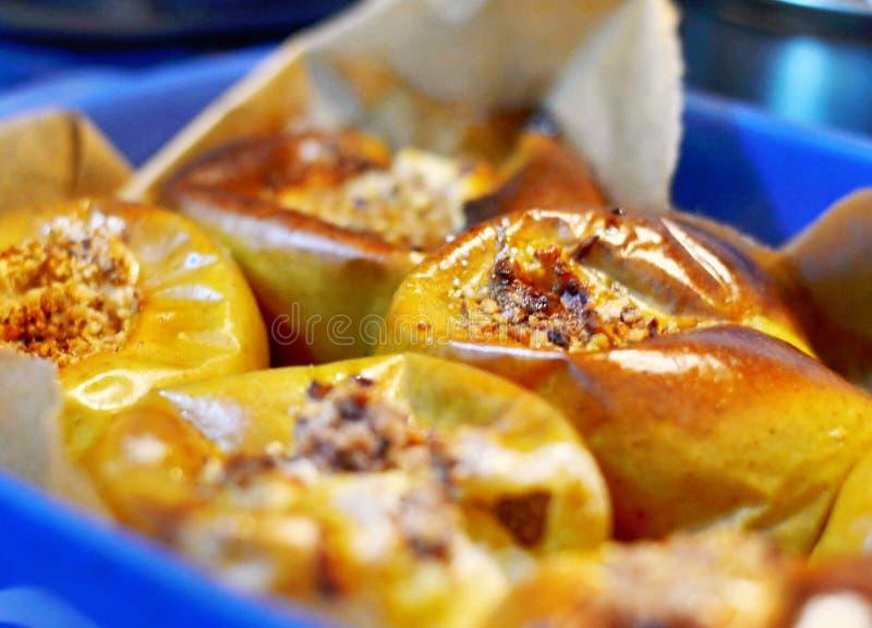 Apple matlagning med muttrar royaltyfri foto