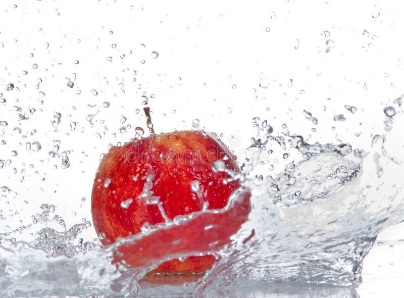 Apple med bevattnar färgstänk arkivfoto