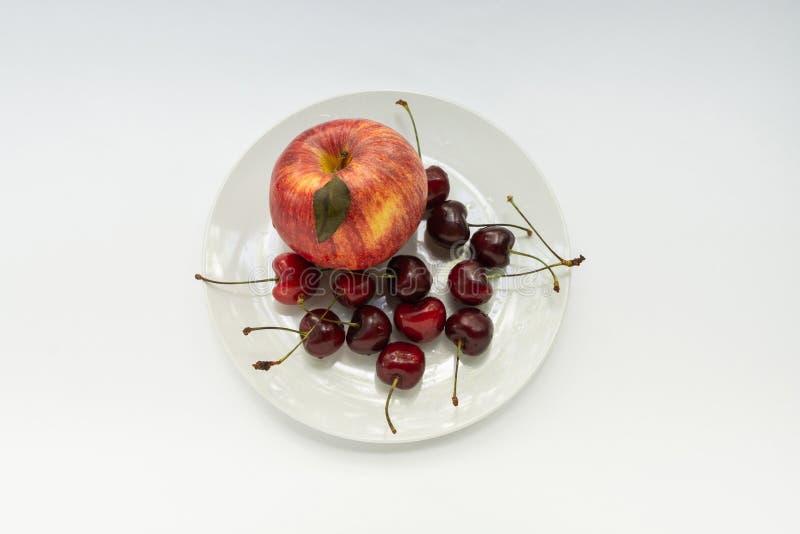 Apple, merise, gaufrette blanche, fond blanc images libres de droits